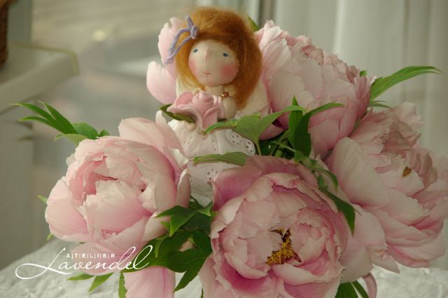OOAK natural fibres dolls: meet Peony Lou, OOAK doll by Atelier Lavendel, standing 8 inches.