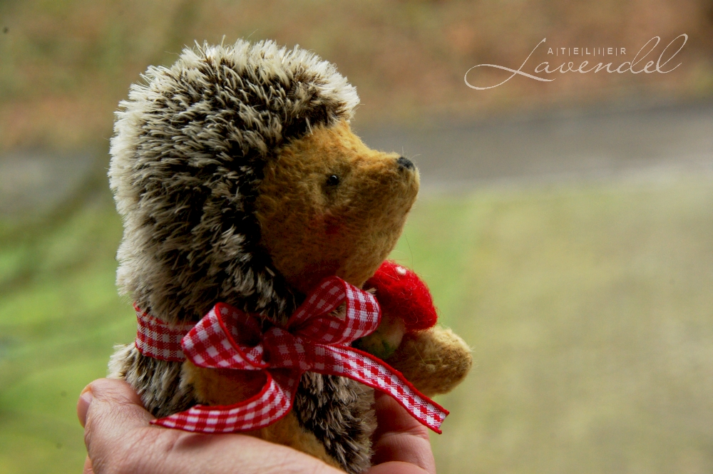 Handmade ooak hedgehog by Atelier Lavendel is lovingly made with all natural high quality materials. Handmade in Germany. Waldorf Inspired.