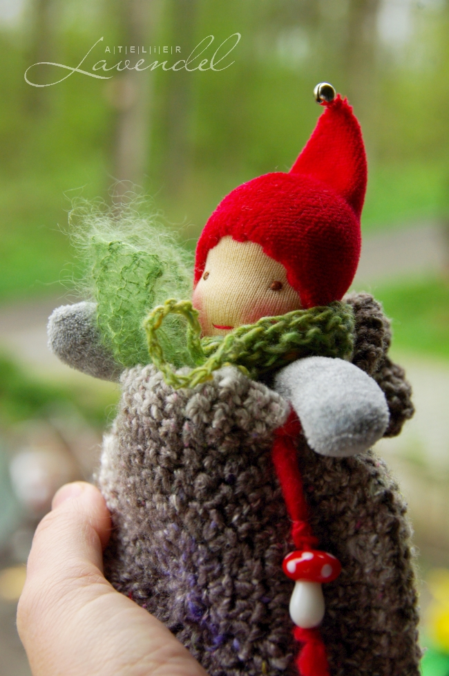 ooak natural fibers waldorf dolls: Meet Spring handmade by Atelier Lavendel using all natural beat quality materials. Handmade in Germany. Atelier Lavendel Waldorf dolls: This little one is enjoying the the sunshine, sitting in his cosy woollen pouch and waiting for his friend, Lenni.