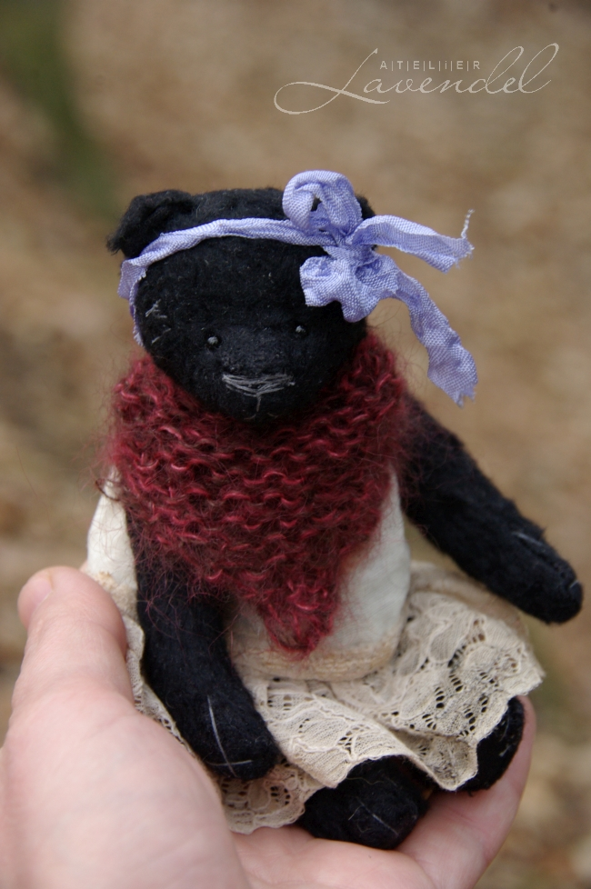 ooak miniature artist bear: meet Tilde, lovingly handmade by Atelier Lavendel, using original designs and best quality materials. Handmade in Germany.
