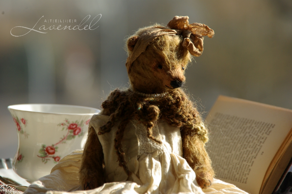 antique style artist bears: meet Amalia, lovingly handmade by Atelier Lavendel. Amalia is rtg OOAK artist bear, standing 7in. Handmade in Germany.