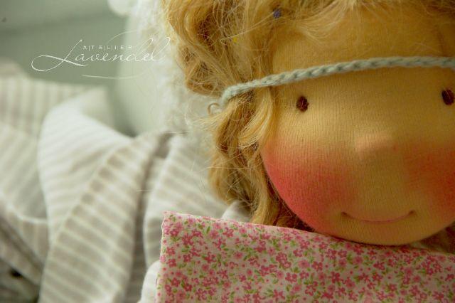 Handgemachte Waldorfpuppe aus dem Atelier Lavendel ist mit viel Liebe aus natürlichen Materialien handgefertigt, einladend zum Spielen und Liebhaben